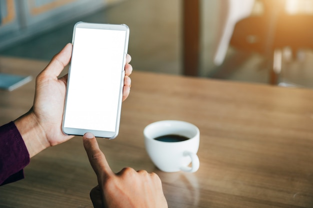 Mockup cellulare con tecnologia schermo vuoto. Foto Premium