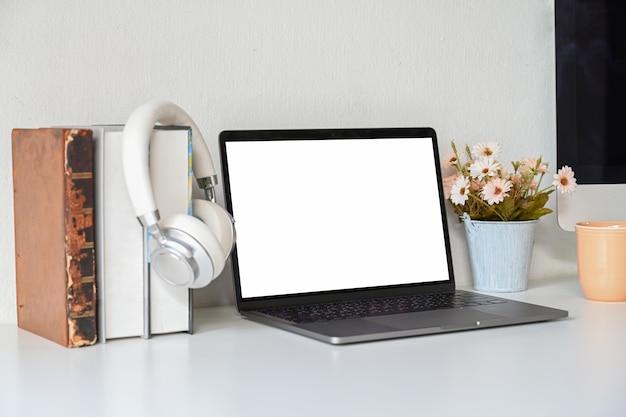 Mockup computer portatile dello schermo in bianco sul lavoro della scrivania Foto Premium