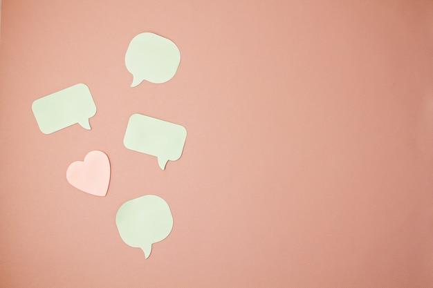 Mockup con note adesive in forme di bolle di discorso e cuori con spazio di copia Foto Premium