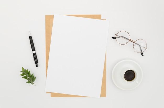 Mockup di carta piatto laico sull'area di lavoro Foto Gratuite