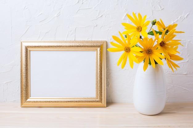 Mockup di cornice dorata paesaggio con fiori gialli rosinweed Foto Premium