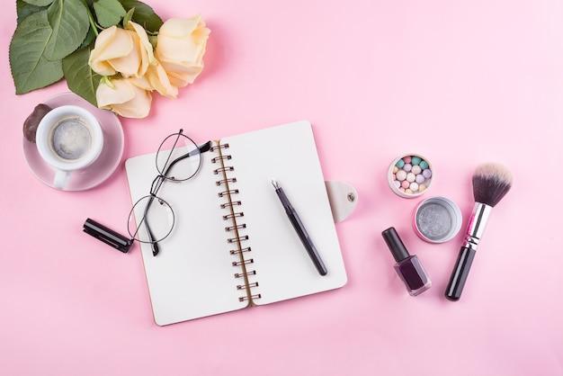Mockup di posto di lavoro con notebook, occhiali, rose e accessori Foto Premium