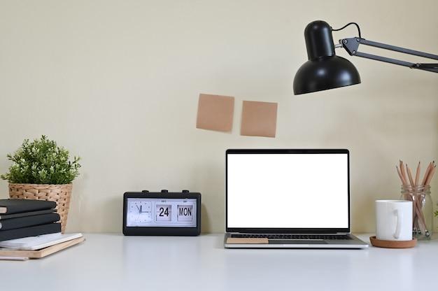 Mockup laptop computer e forniture per ufficio in area di lavoro. Foto Premium