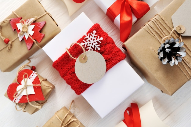 Mockup natale rosso confezione regalo ed etichetta con etichetta di carta bianca Foto Premium