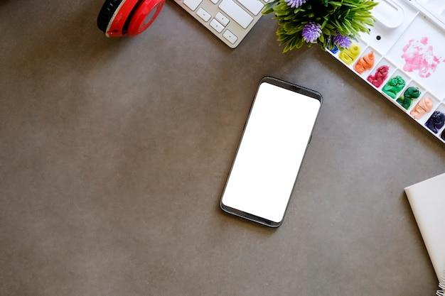 Mockup smartphone con schermo vuoto sull'area di lavoro. Foto Premium