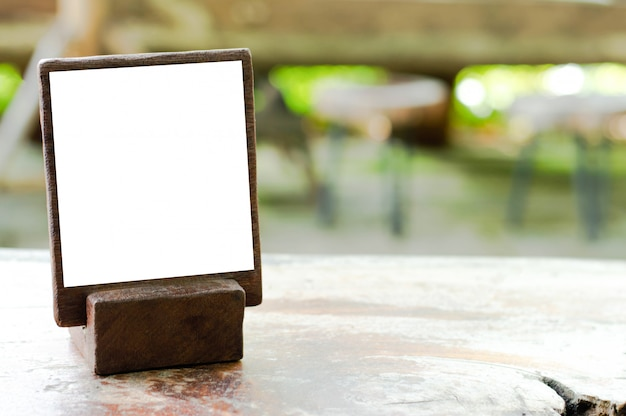 Mockup stand in legno per menu o informazioni e pubblicizzare sul tavolo in legno strutturato. Foto Premium