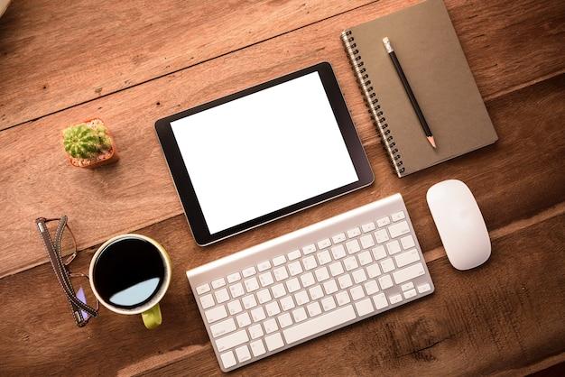 Ufficio Legno Bianco : Mockup tablet simile a ipad style su scrivania in legno bianco