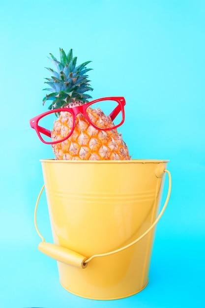 Moda ananas fresco su sfondo turchese, moda estiva, Foto Premium