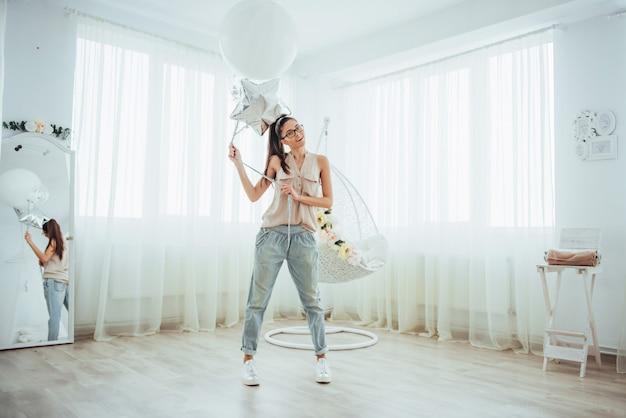 Moda bella donna con palloncini. ragazza in posa Foto Premium