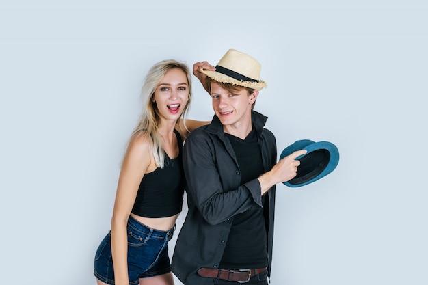 Moda di coppia divertente insieme Foto Gratuite