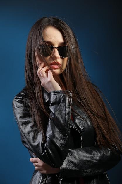 Moda donna con i capelli lunghi che indossa giacca di pelle Foto Premium
