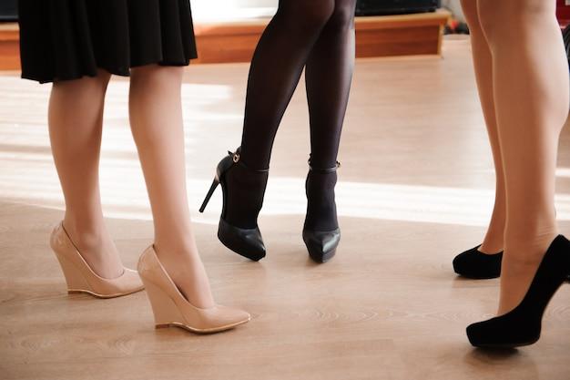 Moda femminile. primo piano sexy piedi femminili. Foto Premium