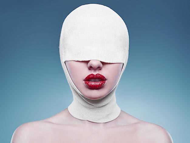 Moda giovane donna con la testa bendata e le labbra rosse Foto Premium