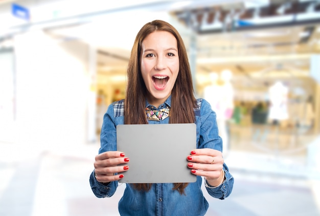 Moda giovane donna in cerca sorpreso e titolari di una carta grigia Foto Gratuite