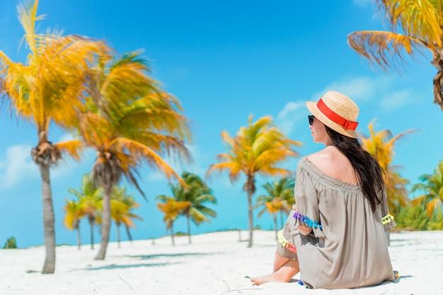 Moda giovane donna in costume da bagno sulla spiaggia Foto Premium