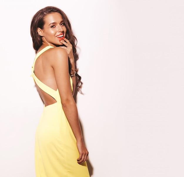 Moda glamour elegante bella giovane donna modello con labbra rosse in abito giallo brillante estate isolato su bianco Foto Gratuite