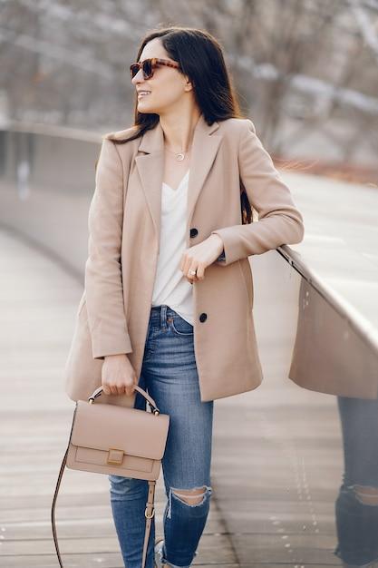 Moda ragazza che cammina in un parco di primavera Foto Gratuite