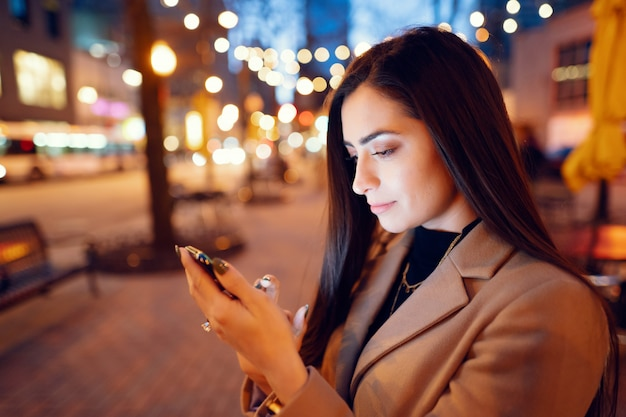 Moda ragazza che cammina in una città di sera Foto Gratuite