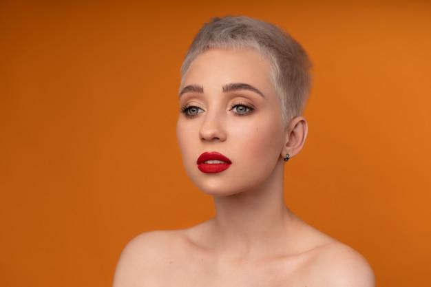Moda ritratto donna con i capelli corti labbra rosse e ...