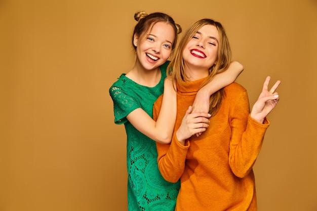 Modelle positive in posa con i loro abiti Foto Gratuite