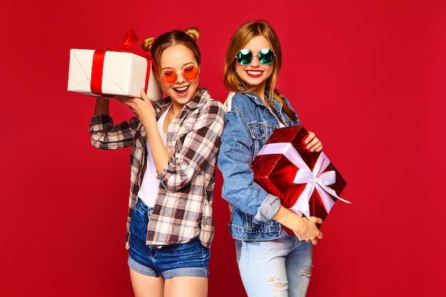 Modelli con scatole regalo grandi Foto Gratuite
