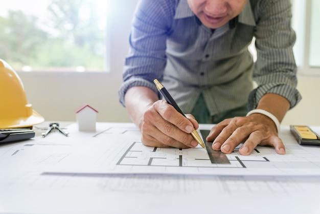Modelli di designer e ingegneri che lavorano nell'ufficio di architetti. Foto Premium