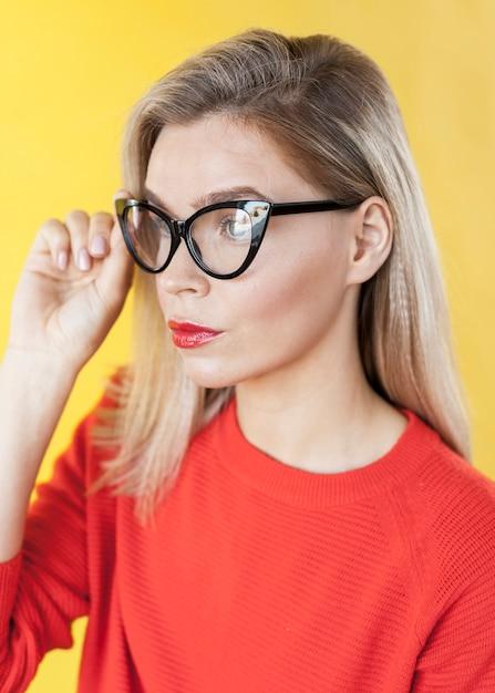 Modello carino che indossa occhiali vista laterale Foto Gratuite