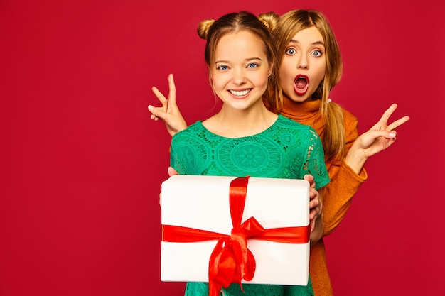 Modello che dà alla sua amica grande confezione regalo Foto Gratuite