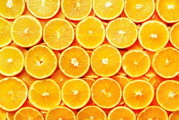 Modello creativo trama di frutta fresca a fette arancione. cornice alimentare sfondo di arance succose. bandiera Foto Premium