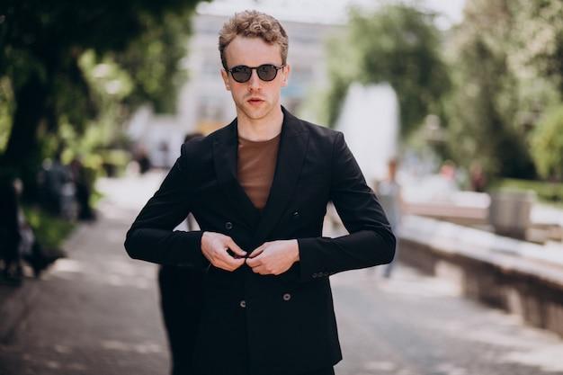 Modello del giovane che propone in strada Foto Gratuite