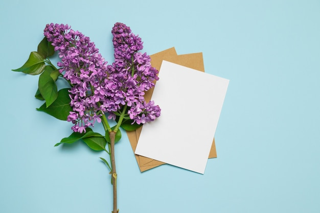Modello della cartolina d'auguri del fondo del lillà di rosa fresco del ramo Foto Premium
