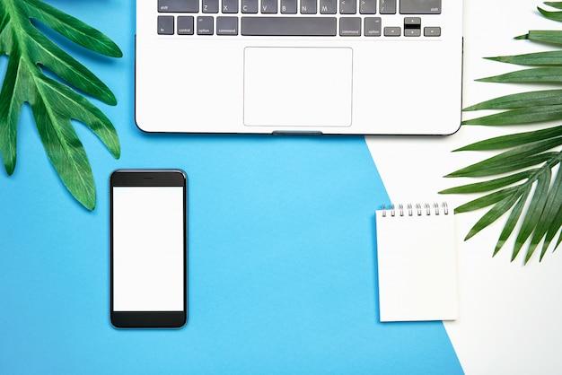 Modello dello schermo in bianco del taccuino bianco del computer portatile e dello smartphone, su un fondo pastello. Foto Premium