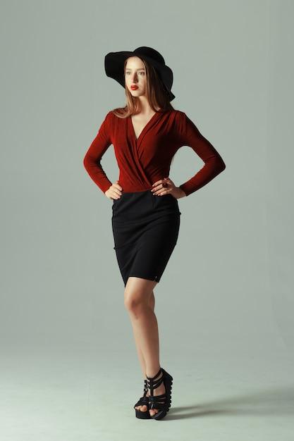 Modello di alta moda che propone in cappello Foto Premium