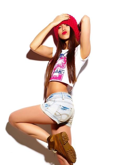 Modello di bella giovane donna alla moda di look.glamor di alta moda con le labbra rosse in panno luminoso colorato hipster estate Foto Gratuite