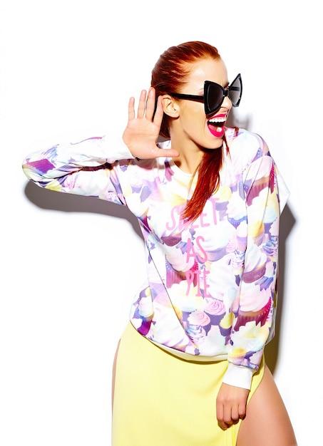 Modello di bella giovane donna divertente sorridente sexy alla moda di look.glamor di alta moda in panno casuale blu luminoso dei pantaloni a vita bassa di estate Foto Gratuite