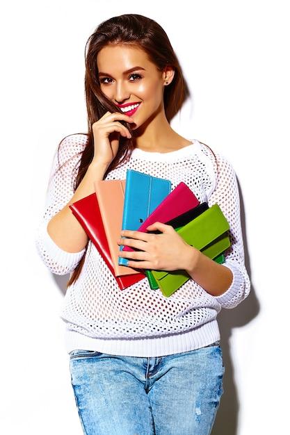 Modello di bella giovane donna sorridente sexy alla moda di alta moda look.glamor in panno hipster bianco casual luminoso estivo con borsa frizione colorata Foto Gratuite