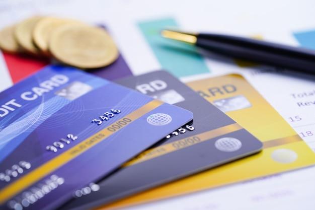 Modello di carta di credito con monete e penna. Foto Premium