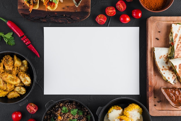 Modello di carta piatto laico con cibo messicano Foto Gratuite