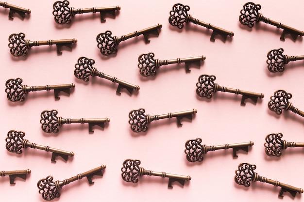 Modello di chiavi d'epoca su sfondo rosa Foto Gratuite