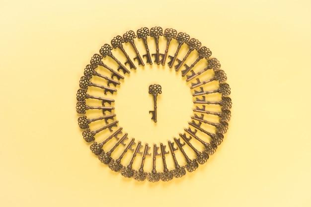 Modello di chiavi vintage e scena gialla Foto Gratuite