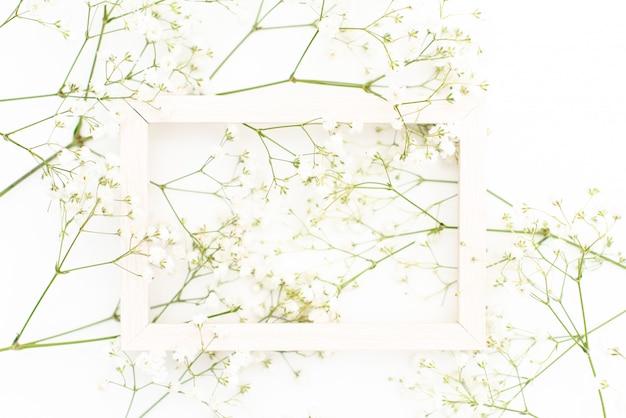 Modello di corona telaio rotondo con fiore gypsophila, boccioli di fiori rosa Foto Premium
