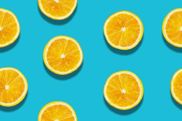Modello di fetta d'arancia senza soluzione di continuità su sfondo blu Foto Premium