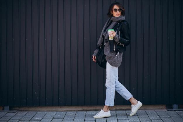 Modello di giovane donna in giacca di pelle fuori strada Foto Gratuite