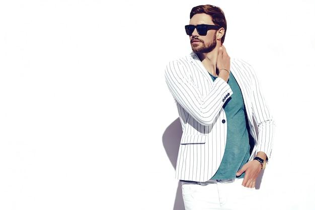 Modello di giovane uomo d'affari bello felice fiducioso alla moda nello stile di vita del panno del vestito nella via che sta parete vicina Foto Gratuite