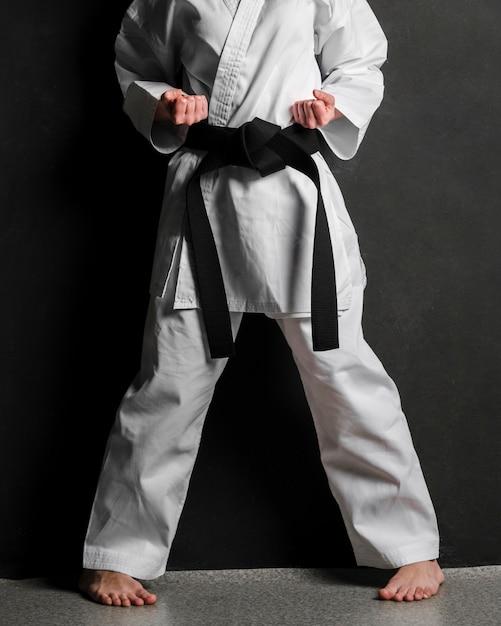 Modello di karate in uniforme vista frontale Foto Gratuite