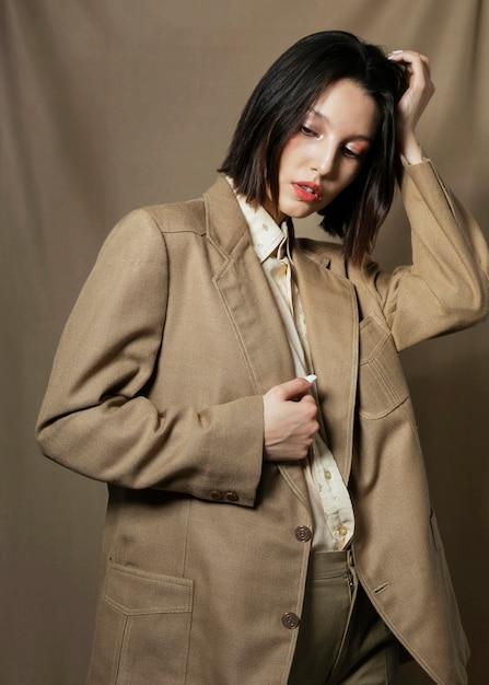Modello di moda che posa nello studio Foto Gratuite