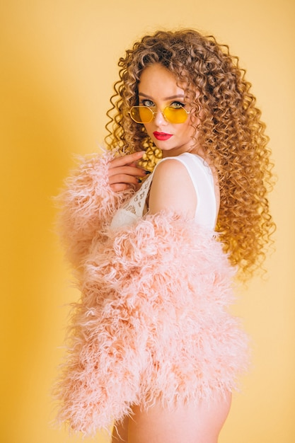 Modello di moda donna in studio Foto Gratuite