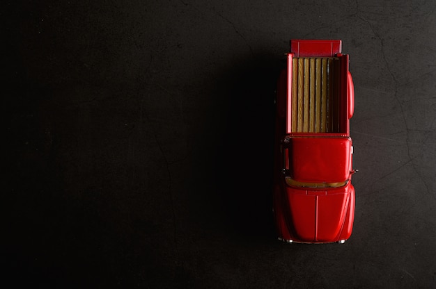 Modello di pickup rosso sul pavimento nero Foto Gratuite