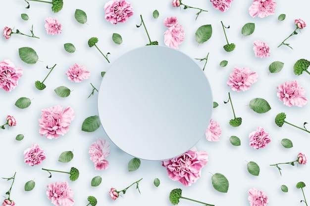 Modello di rose rosa e beige e foglie verdi su sfondo bianco Foto Premium
