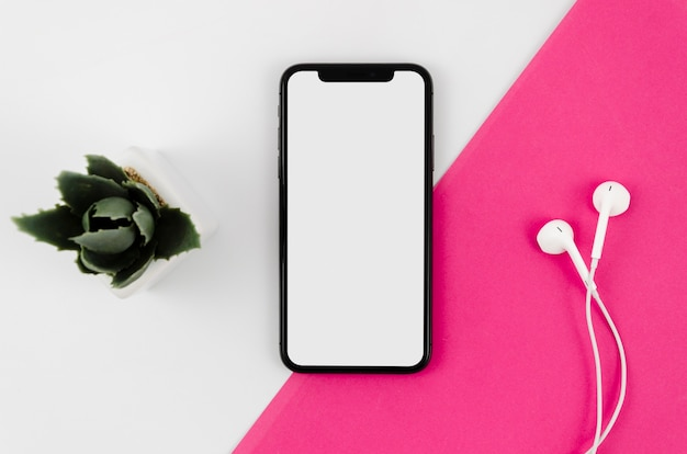 Modello di smartphone vista dall'alto sull'area di lavoro Foto Gratuite